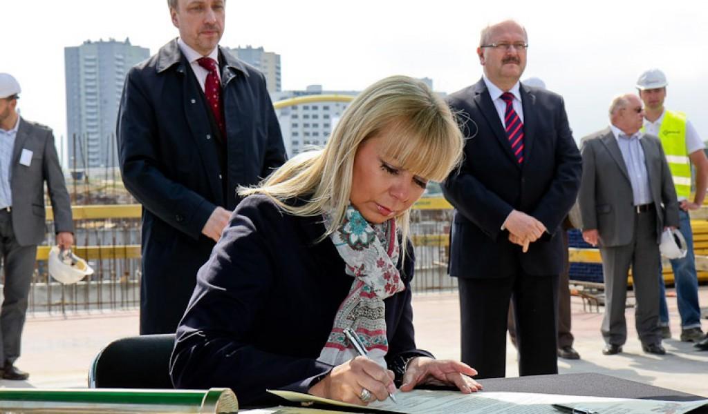 Elżbieta Bieńkowska. Z tyłu Piotr Uszok