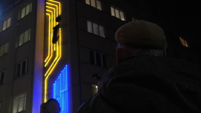 Zbigniew Łankiewicz pod neonem na Rynku