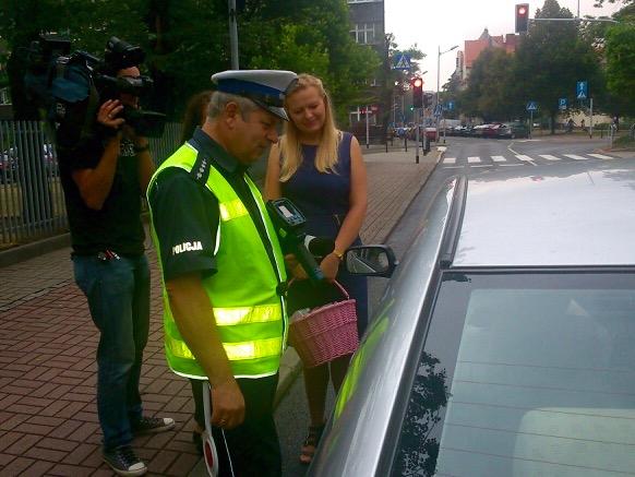 W pierwszych dniach obowiązywania nowych przepisów, policja ma tylko upominać kierowców.