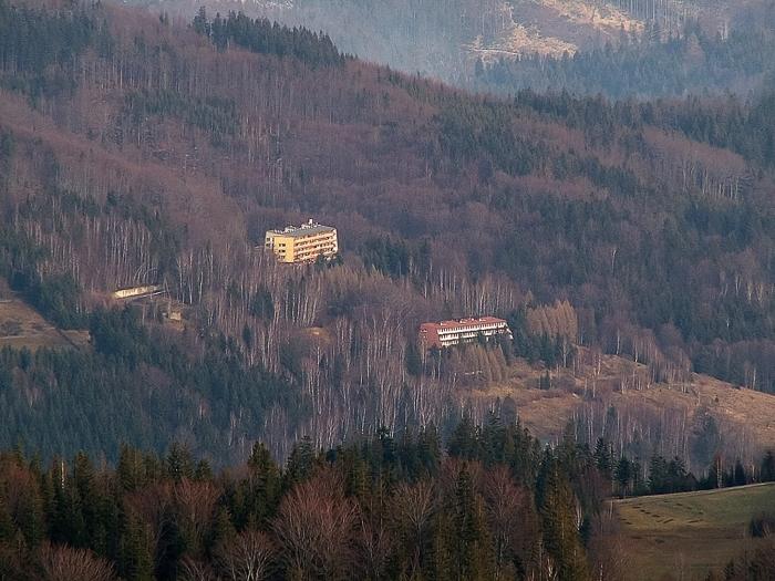 """Dom Wypoczynkowy Huty Baildon """"Ondraszek"""" (budynek poniżej)."""