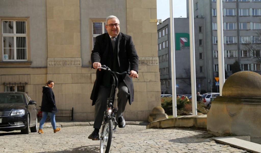 Rower testuje Henryk Mercik, członek zarządu województwa.