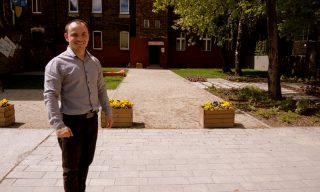 Paweł przed swoim domem.