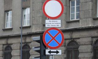 Znaki zakazu przy PZU i ING