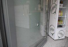 Kibole rzucali w drzwi lokalu leżakami, krzesłami, stolikami, butelkami i kamieniami.
