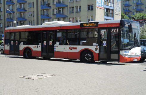Mężczyzna wyskoczył z autobusu podczas kontroli biletów. Trafił do szpitala