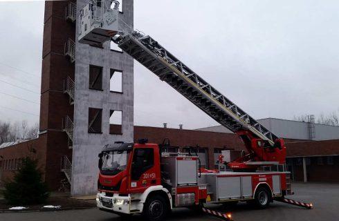 Katowiccy strażacy mają nowy samochód z wysoką drabiną