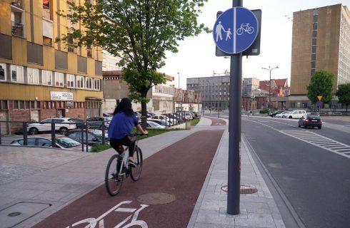 Droga rowerowa w centrum Katowic została uszkodzona. W poniedziałek rozpocznie się jej remont