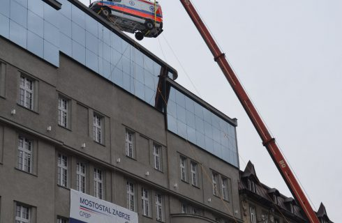 """Karetka """"wjechała"""" do budynku przez dach"""