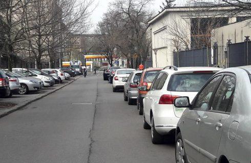 Kierowcy nielegalnie blokują część drogi w centrum Katowic