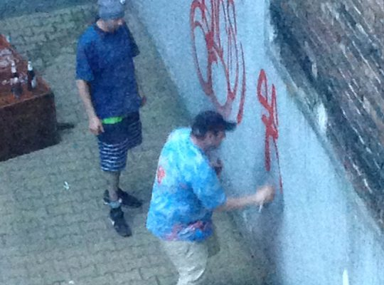 Wandale zdewastowali ścianę kamienicy w centrum Katowic [WIDEO]