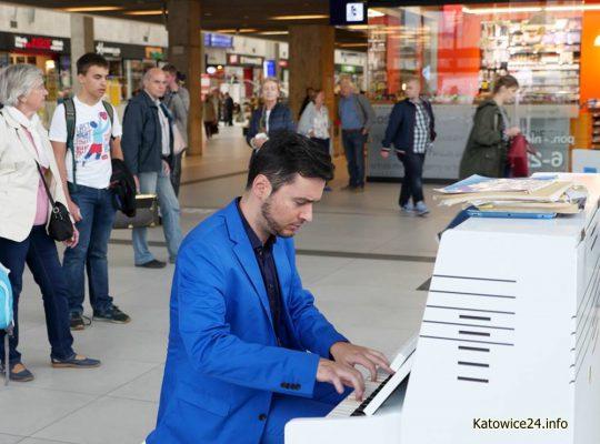 Pianino na dworcu i w supermarkecie