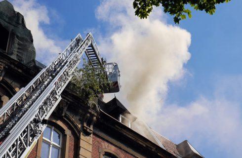 Pali się dach kamienicy w centrum Katowic