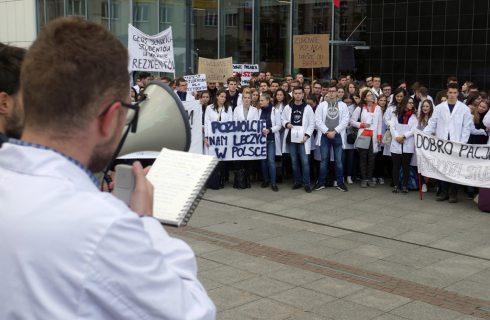 Studenci chcą leczyć w Polsce. Protest na katowickim Rynku
