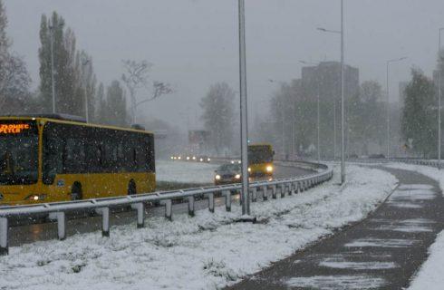 Od rana w Katowicach pada śnieg. Na drogi wyjechały piaskarki
