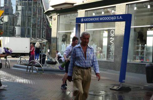 Na ulicach Katowic stanęły kurtyny wodne