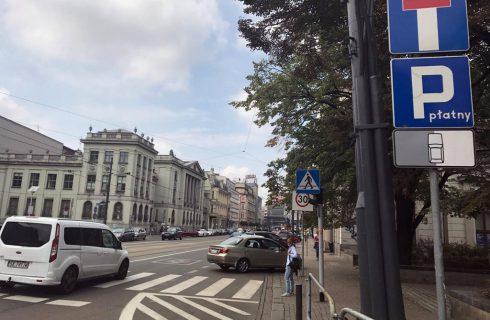 Zmieniły się zasady parkowania na ul. Warszawskiej. Jest mniej miejsc postojowych